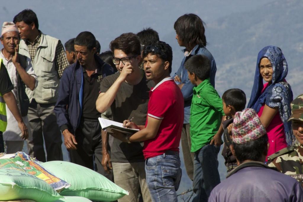 2015년 4월 네팔 지진구호활동 당시 아시스 까르끼(안경 쓰고 밤색 옷)