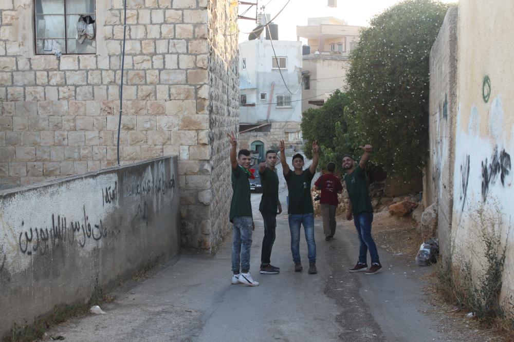 나블루스 인근 마을 '부린'의 연날리기 행사에 참여해 이스라엘 보이콧 운동을 선전하는 셰밥(청년들) [출처] 탄위르
