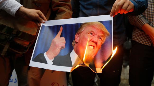 미국의 이란 핵협정 탈퇴 발표 뒤 이란 시민들이 트럼프 얼굴 사진을 불태우며 시위하고 있다. [출처: PressTV]