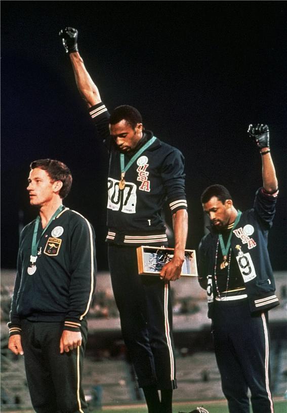 1968년 멕시코시티 올림픽 시상식에서 차별 반대 항의를 선보인 선수들. 왼쪽부터 피터 노먼, 토미 스미스, 존 카를로스