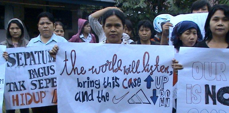 인도네시아 노동자들이 노동력 착취에 반대하는 시위를 하고 있다. [출처: www.dollarsandsense.org]