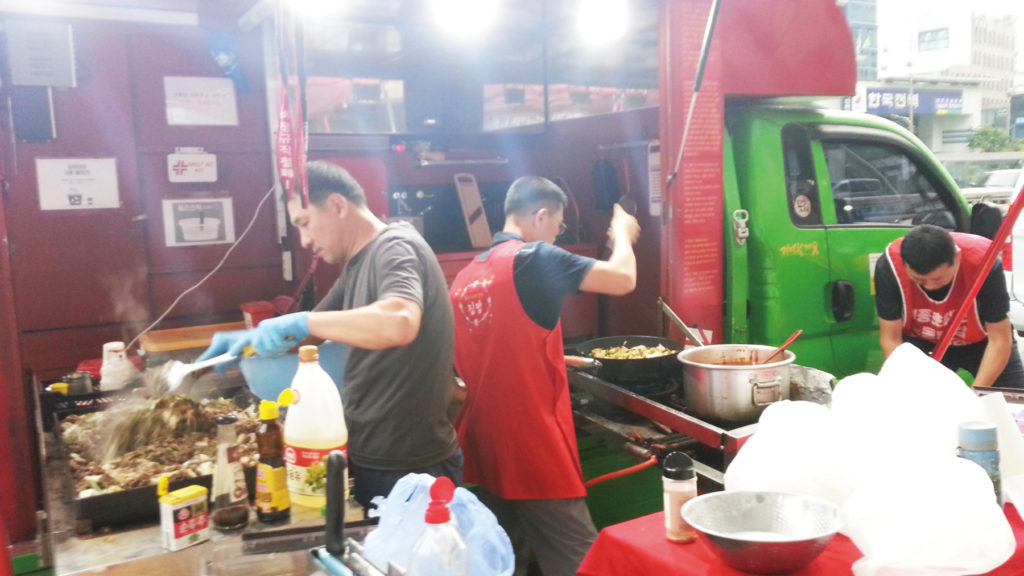 연대동지들에게 대접한 음식을 만들고 있는 세종호텔노조 세 명의 셰프 [출처: 연정]