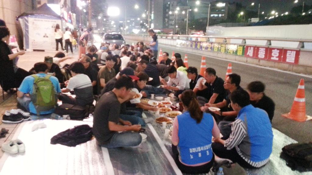 300회 목요집회가 끝나고 조합원들이 준비한 음식을 먹고있는 연대동지들 [출처: 연정]