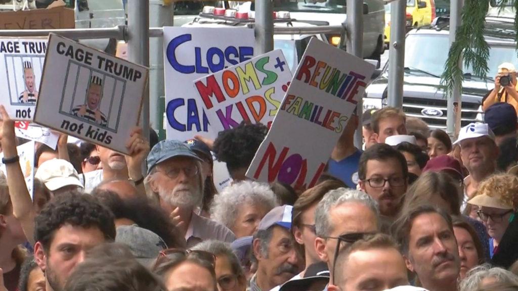 트럼트 대통령의 이민정책에 반대하는 시위 [출처: DemocracyNow!]