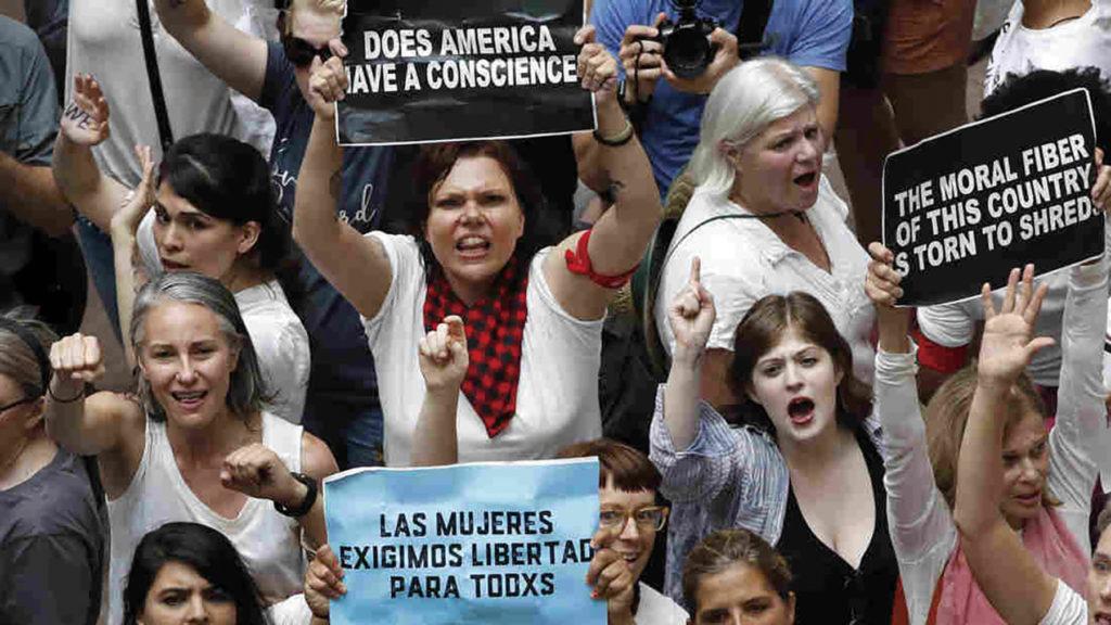 트럼트 대통령의 이민정책에 반대하는 시위 [출처: www.npr.org]